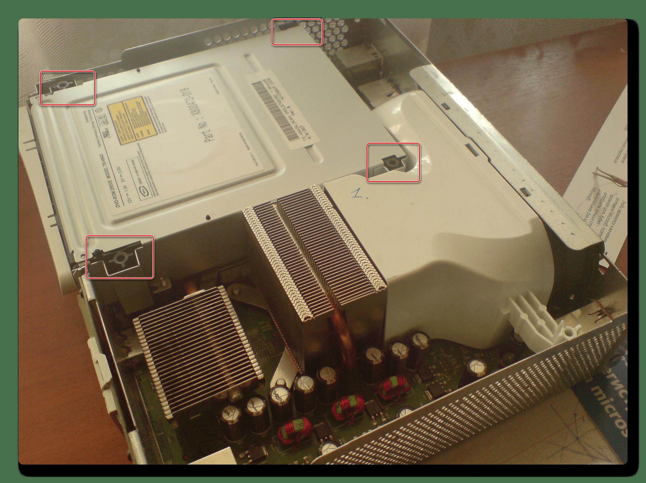 Открутка винтов, удерживающих дисковод, на Xbox 360